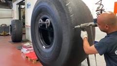 巨大タイヤを再生する工程を見てみよう