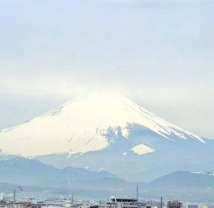 靄の中にうっすらと浮かぶ今朝の富士山