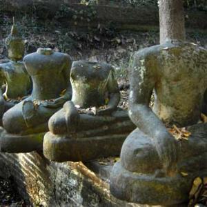 現役寺院の境内にあった仏像の墓場?