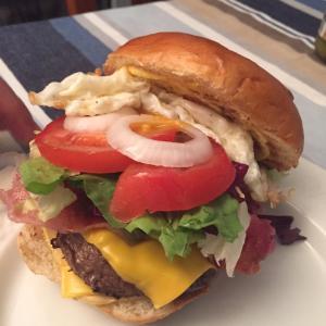 ボリューム満点バスク肉のハンバーガー