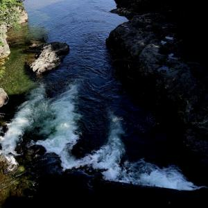 滝つぼに落ちた黒い石の黒い告白 五ノ三