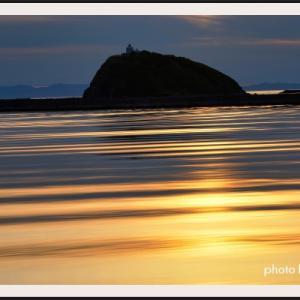 黄金色に輝くマリーナーの水面