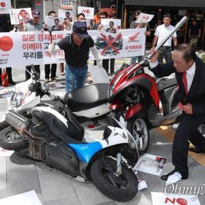 韓国不買運動 今度は日本製バイクが対象に デモでホンダやヤマハ製バイクをたたき割る