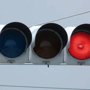 赤信号一人でわたると捕まるね