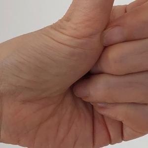 曲がる親指