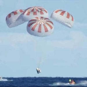 あ、旭日旗だ。 スペースXの宇宙船、ISSから地球に帰還