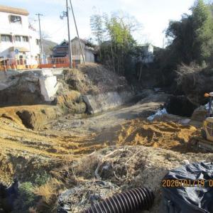 小川川の橋工事は長くかかりそうです。