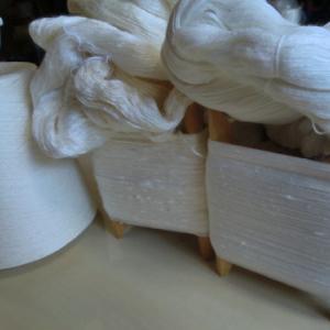 緯糸に真綿は織りにくいから引き合わせ絡める