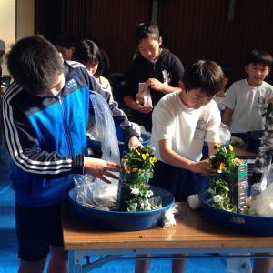 小学校での花育授業でペットボトルのハンギング花作成講座