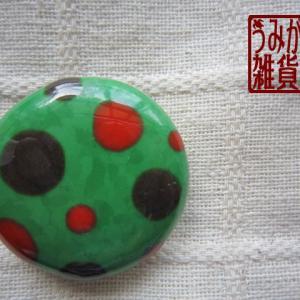 模様の帯留めから♪ 緑に赤と茶色水玉の帯留め