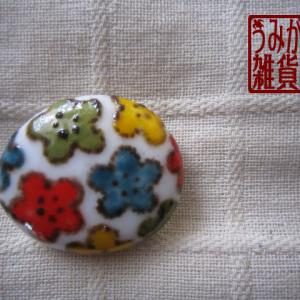 彩り梅模様の帯留め