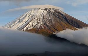 やっと初冠雪、富士山