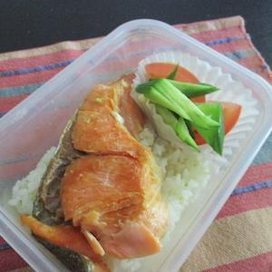 鮭弁+サラダ。