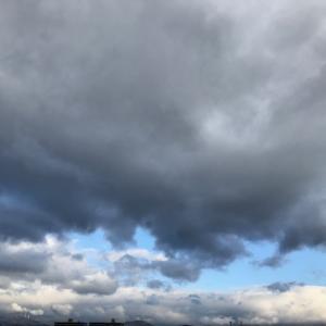分厚くどす黒い雲の向こうに明かりが