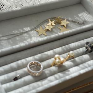 ネックレスがタンスやクローゼットに厳重に収納されていて、 気軽にコーデしにくい状態