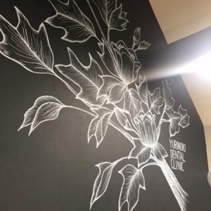 アーティストわかいみすずさんの作品が歯医者さんの壁に出現