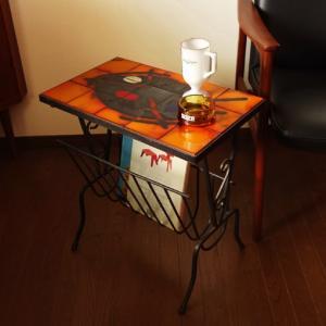 アートなタイルが衝撃的*ヴィンテージのマガジンラックテーブル