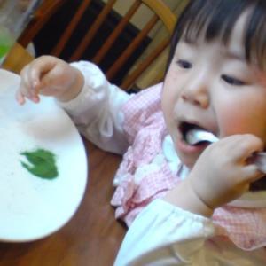 粉を食べる少女