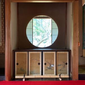 丸と四角の窓