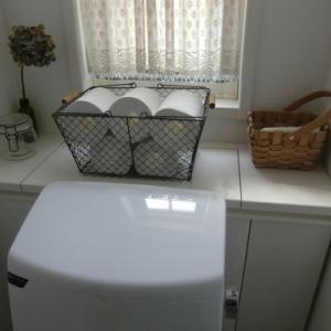 トイレの収納天板に木目調の壁紙を貼る