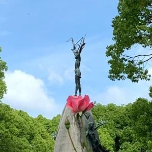 原爆の子の像とバラ