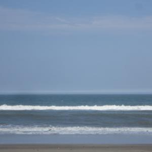 人の無き浜辺海の家建たぬ夏