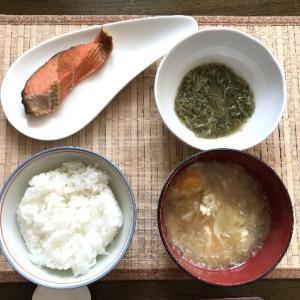 鮭定食とホットドッグ