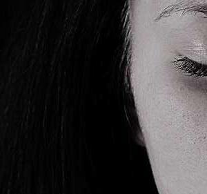 「長い髪」「少女」「孤独」「瞳」て 何だか分かりますか?