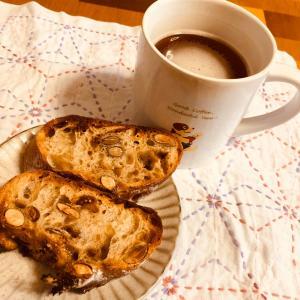 今朝はイイダベーカリーさんのパンと紅茶で朝ゴパン☆