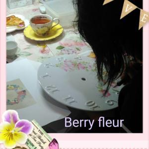 チャイナペイント、ルデューテの薔薇の時計皿制作中