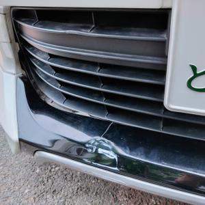 車のバンパーがクシャミしました・・・