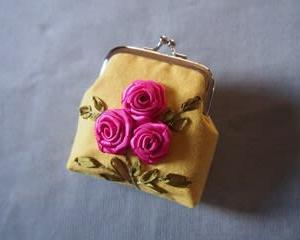 リボン刺しゅうで薔薇の小さいがま口…