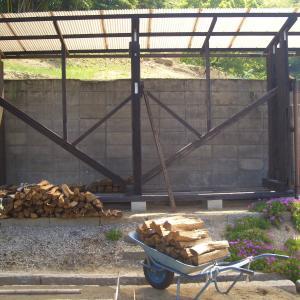 雨曝し乾燥薪を4号薪小屋に収納を始めたが・・・(´;ω;`)ウゥゥ