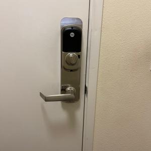 交換されて無駄にゴージャスになった玄関ドアのLOCKとACスイッチ♪