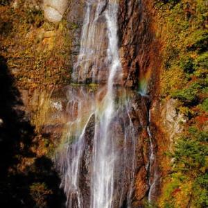 虹と滝と紅葉と