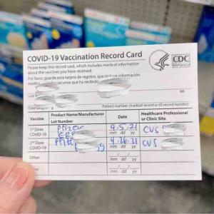 6/15からのマスクフリーに備えてOffice Depotにワクチン接種証明カードをラミネートしに来ていた人♪