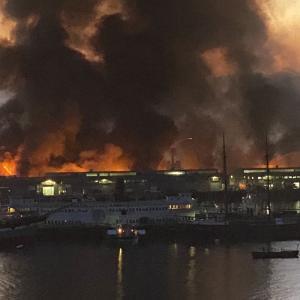 大規模な火災がサンフランシスコの3つの商業ビルを浸食