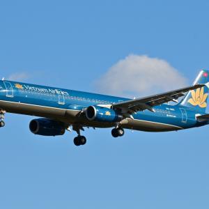 旧塗装のベトナム航空Airbus A321-200、そして横浜ベイホテル東急を仰ぎ見て