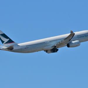 キャセイ航空のAirbus A330-300が出発です。そして朝のみなとみらい臨港パーク