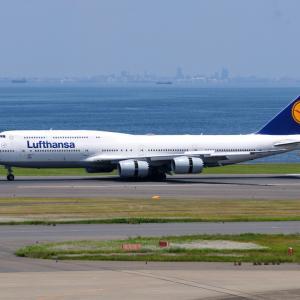 ルフトハンザのBoeing747-8が到着です。そして大好きな沖縄今帰仁城跡と青い海
