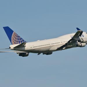 懐かしのシリーズ、ユナイテッド航空のBoeing747-400が上昇中、そして横浜象の鼻パークと飛鳥Ⅱの後ろ姿