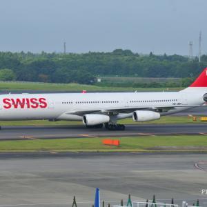 スイスのAirbus A340-300が到着し、目の前をタキシングいています✈そして、名庭園三渓園大池にて