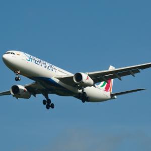 スリランカ航空のAirbus A330-300が到着です。そして、鎌倉妙法寺の苔階段をアップで撮ると📷