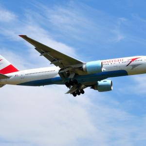 オーストリア航空のBoeing777-200ERが成田空港に到着します。そしてペリリュー島の無名島にて