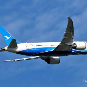 厦門航空のBoeing787-8が上昇中です。そして、横浜ジャックの塔のステンドグラス