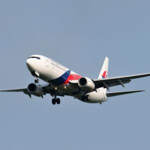 マレーシア航空のBoeing737-800が朝の成田空港RWY16Lへ到着です。そして、日本が誇る豪華客船飛鳥Ⅱの船首とみなとみらい