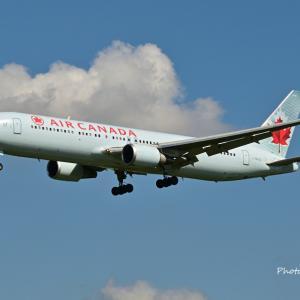 エア・カナダのBoeing767-300ERが到着です。そして我が家のハイビスカス・ミセスユミ