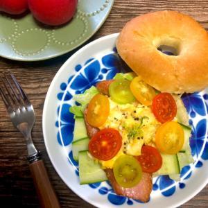 ベーグルオープンサンド すももの酸味でミニトマトマリネ