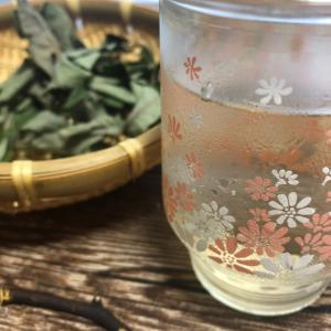 黒文字のお茶。大起水産の持ち帰り寿司。きゅうりの中華炒め。