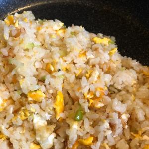 パラっと炒飯。緑の作りおかず。